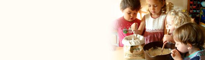 Alle zintuigen komen aan bod bij het brood bakken in het kinderdagverblijf; wat hebben we nodig; nu gaan we roeren; ruik je al iets; nu het deeg goed kneden en dan het brood in de oven; hmmm, wat ruikt het goed; even wachten dan kunnen we proeven…lekker!